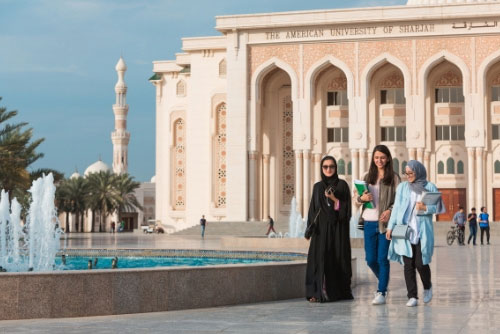 Western and Muslim female students outside the American University of Sharjah. Training article 'Adapting to change in the workplace' for Women@Work.